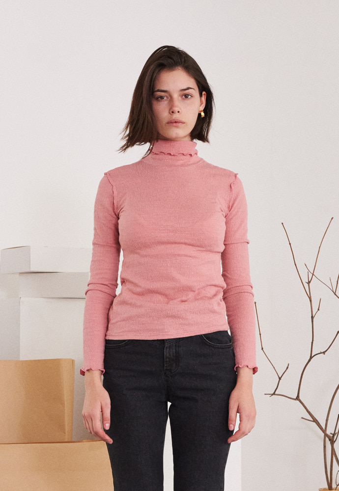 TMO BY 13Month 티엠오 바이 써틴먼스 CONTRAST RUFFLED TRIMMING EDGE TURTLENECK T-SHIRT (PINK)