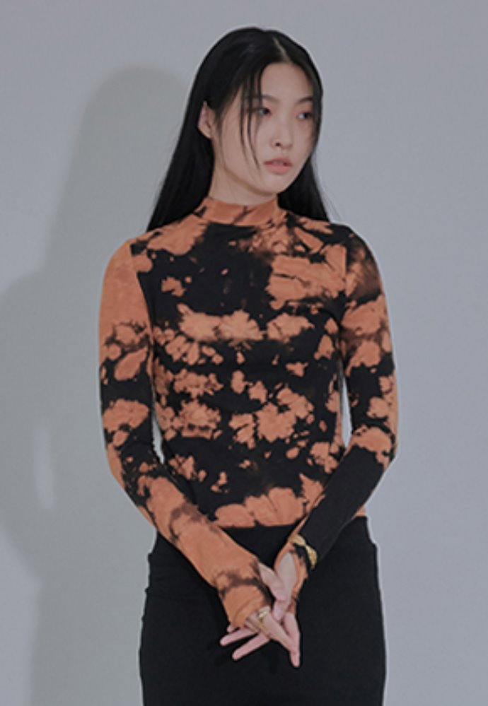 XYZ TIE DYE GLOVES TURTLENECK - BLACK & ORANGE